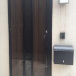 おしゃれな玄関ドアと居室専用のポスト!
