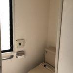 窓のあるトイレはウォシュウレット手洗い場付