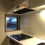 窓のあるオープンキッチン(キッチン)