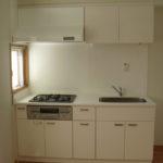 白基調のシステムキッチン(居間)
